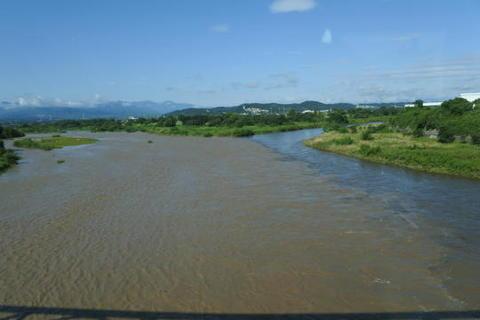 高崎の手前、烏川の鉄橋を渡る