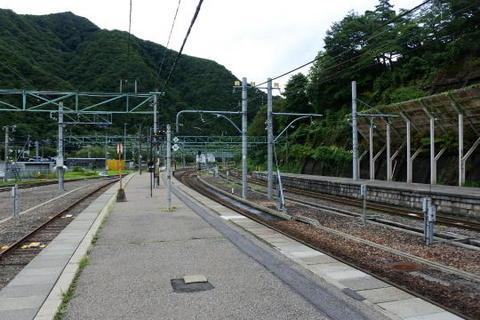 駅構内は山あいの中継駅という趣