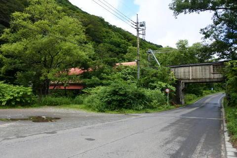 下り線ホームの通路橋を車道側から見る