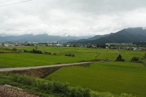 山間の田園地帯を行く