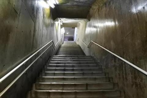 地上への階段は短い