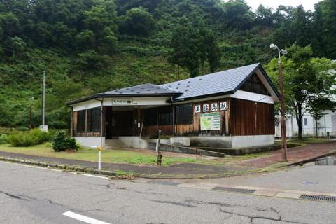 地上駅舎は木造民家風