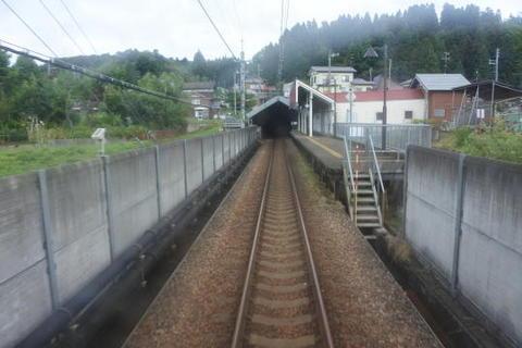 しんざ駅を発車