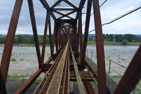 信濃川の鉄橋を通過