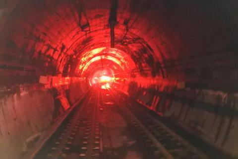トンネル内で再び対向列車と行き違い