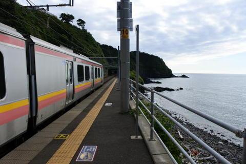 日本海が間近に迫るこの駅は…