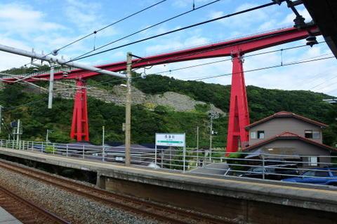 駅の奥に道路橋が見えるダイナミックな光景