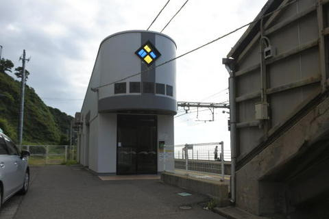 駅舎はステンドグラスの窓があるおしゃれなデザイン