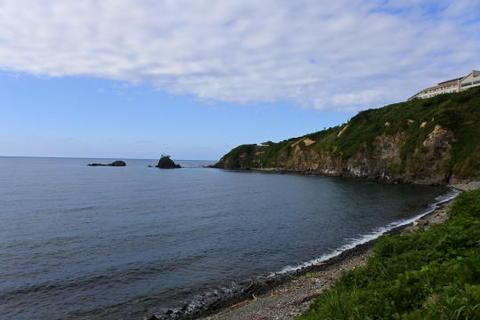 反対側は崖
