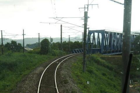 信濃川の鉄橋を渡る