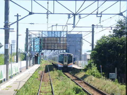 黒山駅で対向列車と行き違い