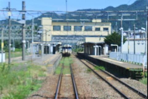 村上駅で、既に乗り換えの列車が待機中