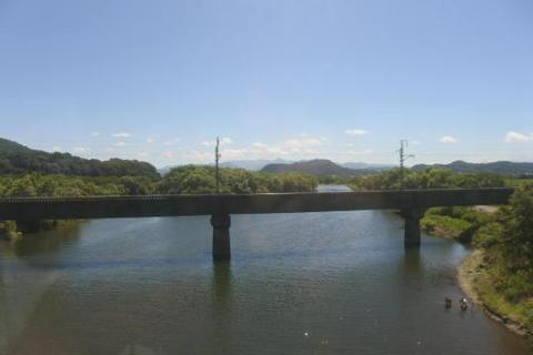 三面川を渡る