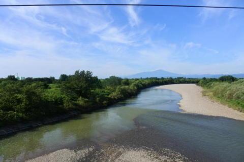 川の向こうに鳥海山