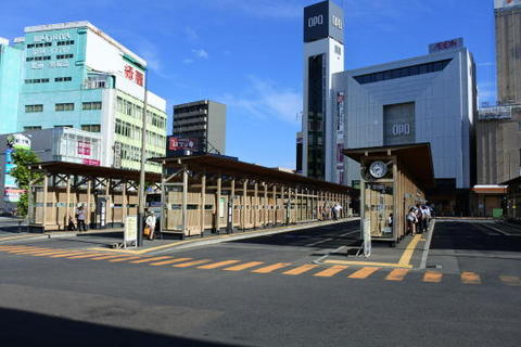 木製のバス乗り場