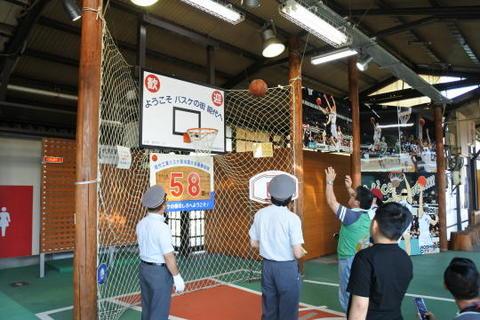 駅のホームにはバスケットも