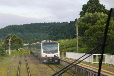 対向列車はリゾートしらかみの青池編成
