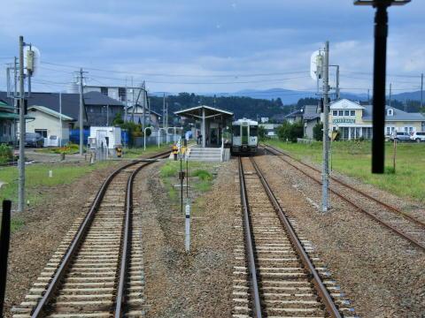 ホーム反対側には対向列車が待機中