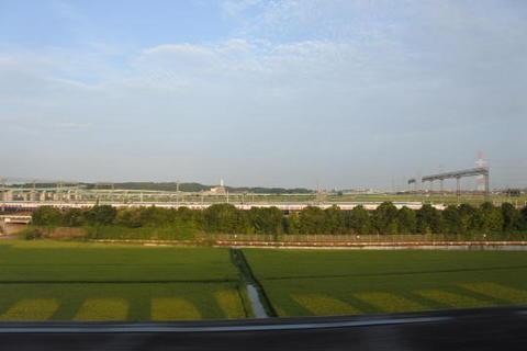 利府の新幹線車両基地を通過