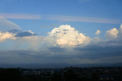 引き続き巨大な雲が