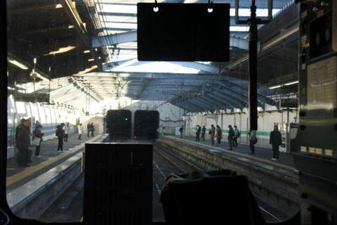 長大トンネルの狭間にある新小平駅
