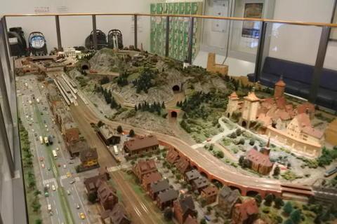 ドイツの風景を再現した鉄道ジオラマ